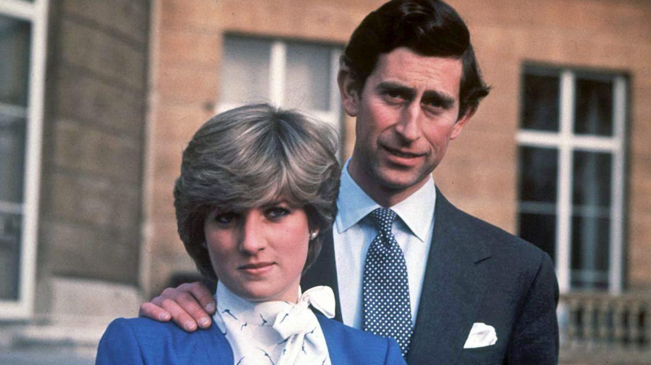 Esta fue la imagen que distribuyó la casa real británica para anunciar el compromiso del príncipe Carlos con Lady Diana Spencer.