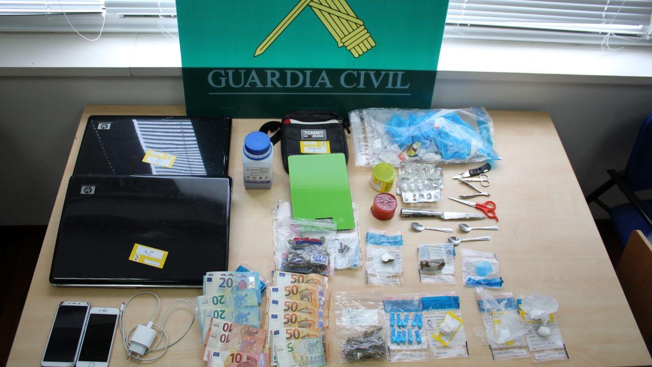 Efectos intervenidos por la Guardia Civil en el piso registrado en O Milladoiro en el que presuntamente se vendían drogas