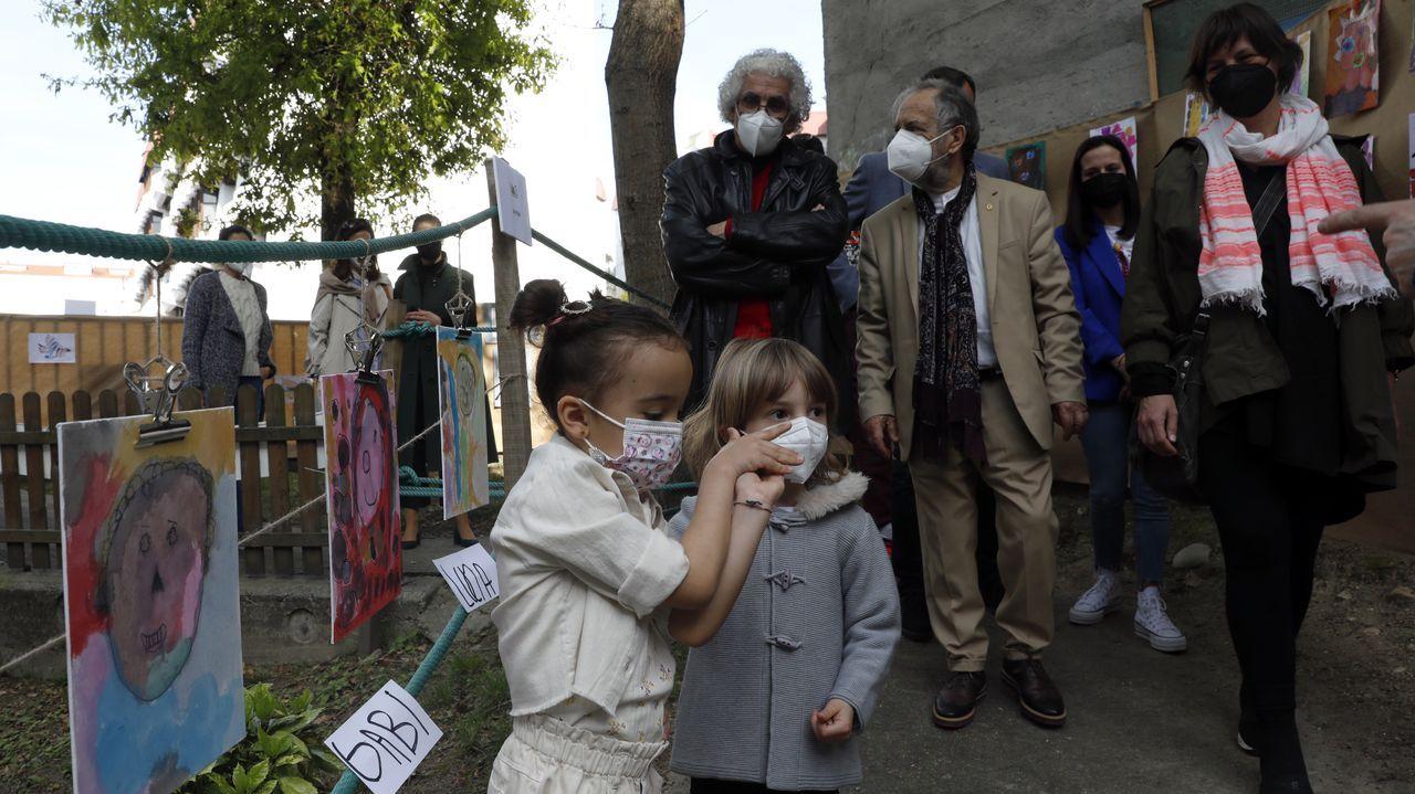 Pintores ourensanos que participaron en esta iniciativa no se perdieron la visita al museo efímero