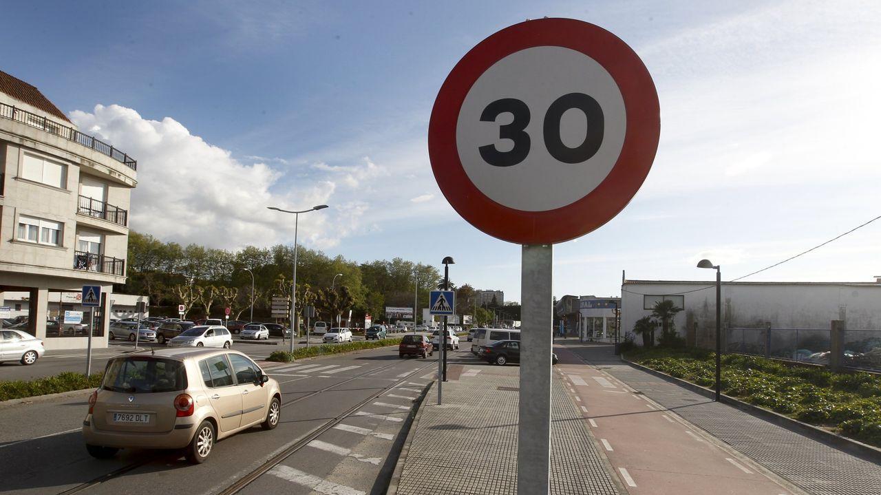 Galiciareduce lavelocidad en los cascos urbanos.El Gobierno ha aprobado bajar a 30 kilómetros por hora el límite de velocidad generico en vías urbanas