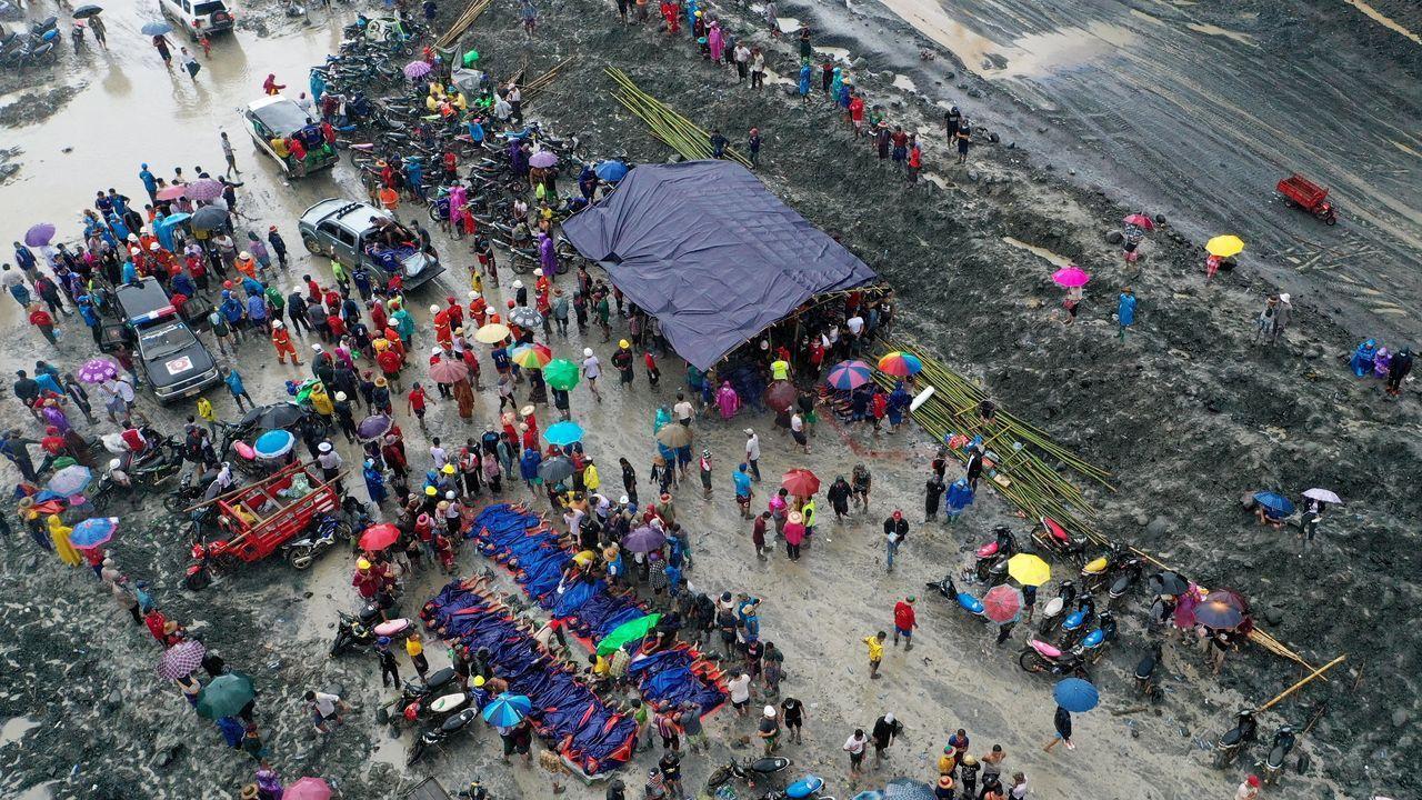 Amigos y familiares se reúnen al rededor de los fallecidos por el derrumbe de una mina en Birmania