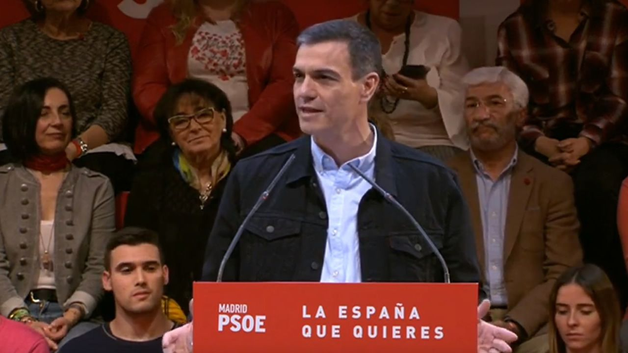 rabajadores de Alcoa concentrados en la plaza de España de la Avilés, para pedir la intervención del Estado en las fábricas de Alcoa local y de A Coruña
