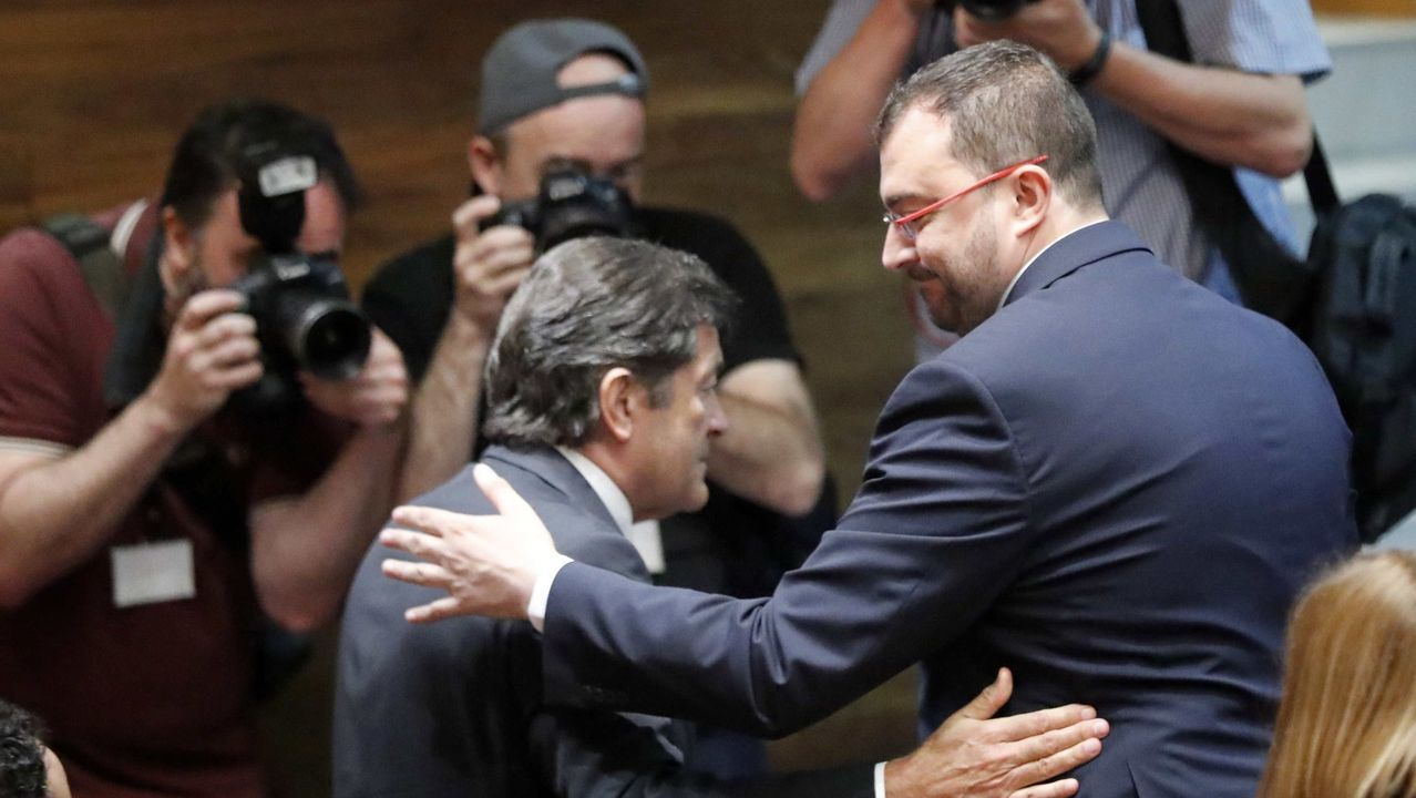 Barbón se proclama nuevo presidente de Asturias.El nuevo presidente del Principado, Adrián Barbón (c), a su llegada a la fotografía de familia con los miembros de su gabinete este jueves en el Parlamento regional, tras la toma de posesión de sus integrantes y la primera reunión del equipo