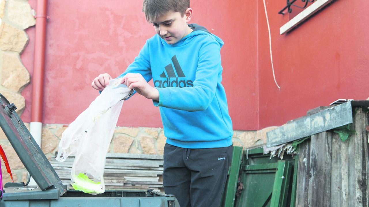 Compost.Nacho Lafuente rellena la compostadora con restos de basura. Foto: Tomás Mugueta