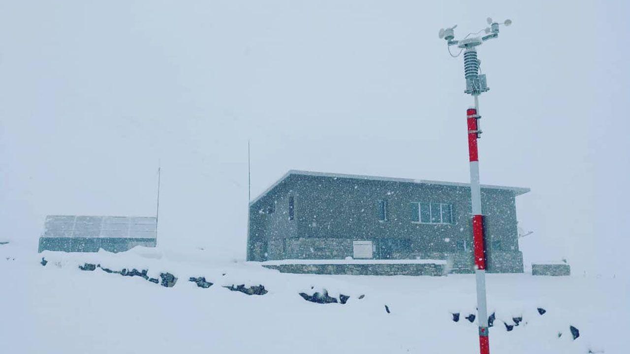 El refugio del Meicín completamente cubierto de nieve