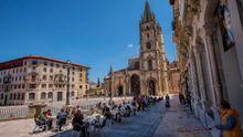 La gente disfruta en una terraza del buen tiempo en Oviedo