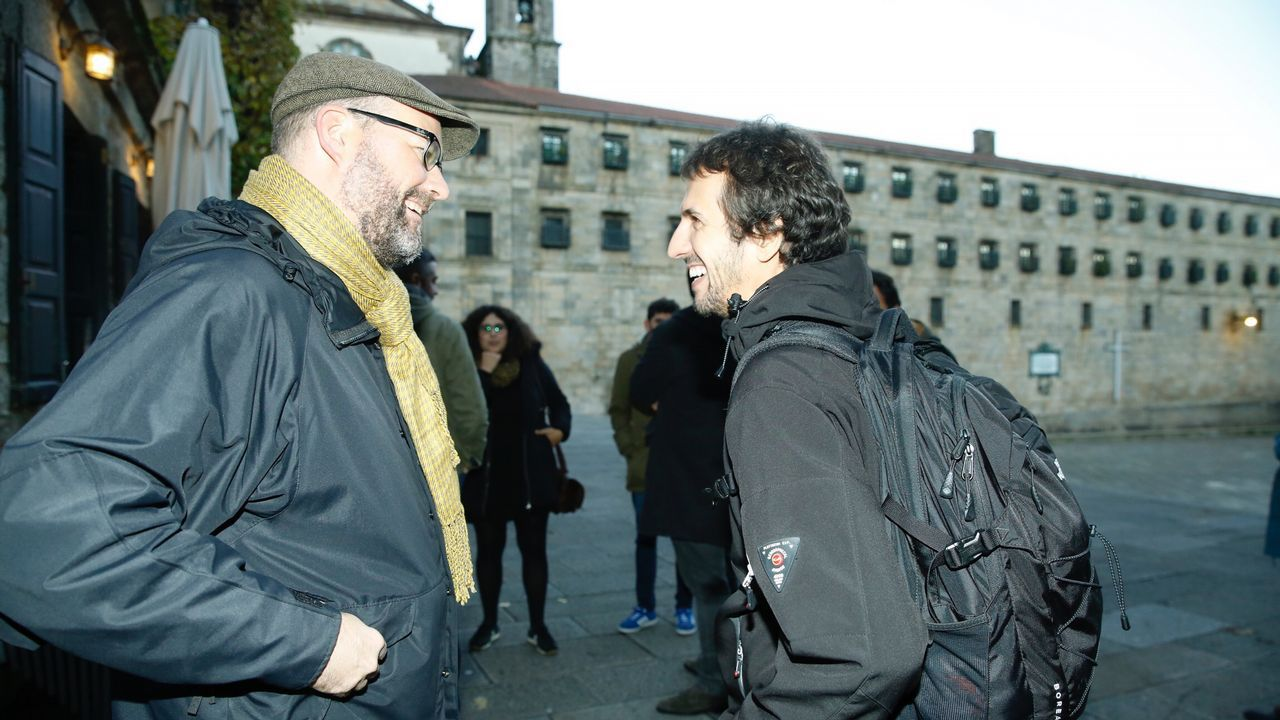 El alcalde de Santiago se reunió ayer con miembros de la candidatura de los críticos, «Entre Todas», con la que admitió sentirse «máis situado»