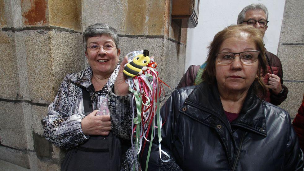 La mayoría de los asistentes a la misa llevaban sus cintas de colores para que fuesen bendecidas