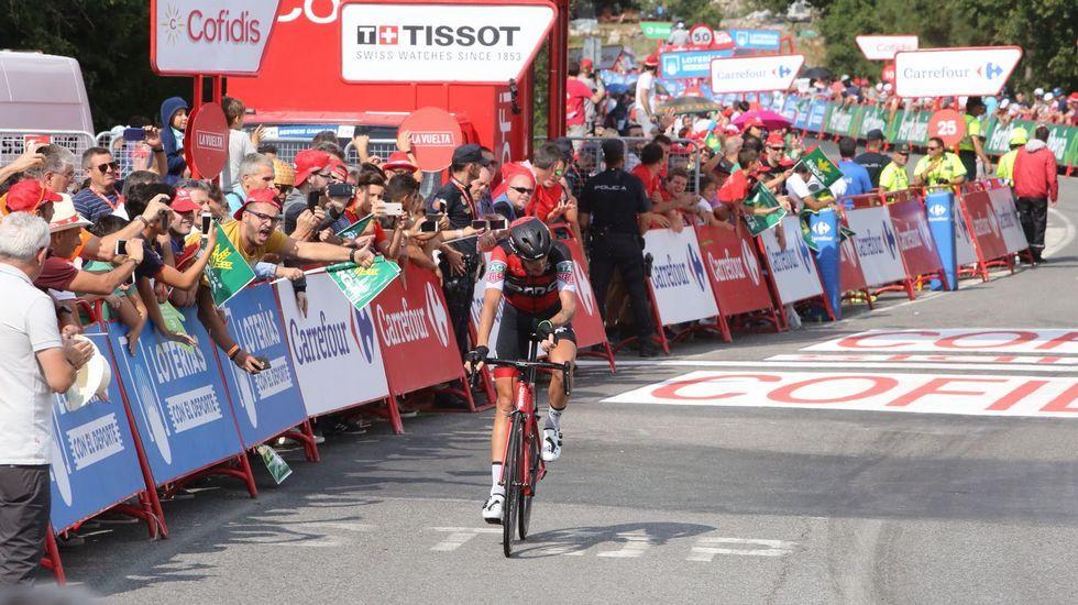 La llegada a meta de Alessandro de Machi, ganador de la etapa de La Vuelta, en Luíntra (Nogueira de Ramuín)