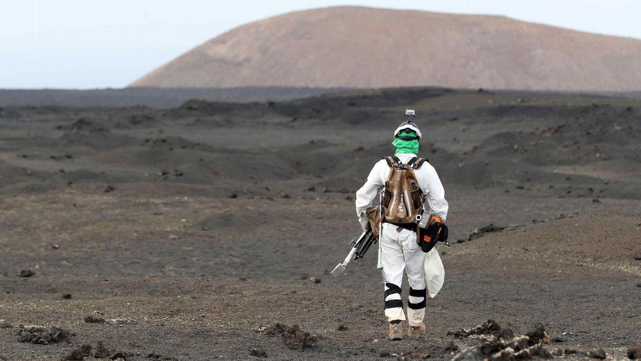 En la imagen, el astronauta Mathias Maurer durante una de las pruebas de recogida de muestras que están realizando en Lanzarote.