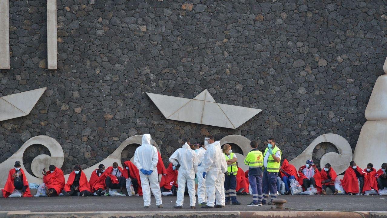 Una patera con 48 inmigrantes de origen subsahariano, entre ellos 14 menores y una mujer, llegó este jueves al puerto de La Restinga, en el sur de la isla de El Hierro