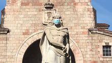 Estatua del Rey Pelayo en Cangas de Onís, con una mascarilla quirurgica