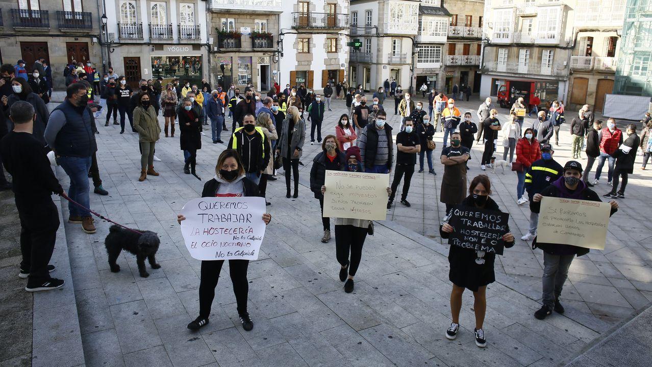 Graban a una pareja de jabalíes saliendo de un comercio y paseando por la calle.Además de la concentración de Viveiro, en la imagen, este jueves hubo protestas en Burela, Ribadeo, Barreiros y Vegadeo, entre otras localidades