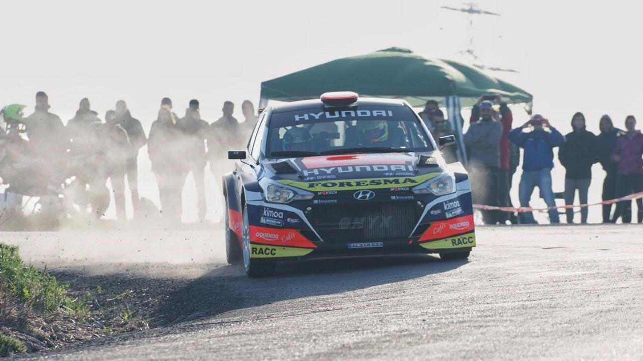 José Antonio Suárez y Dani Cué con el Hyundai i20 en uno de los tramos de la etapa de ayer en Córdoba.