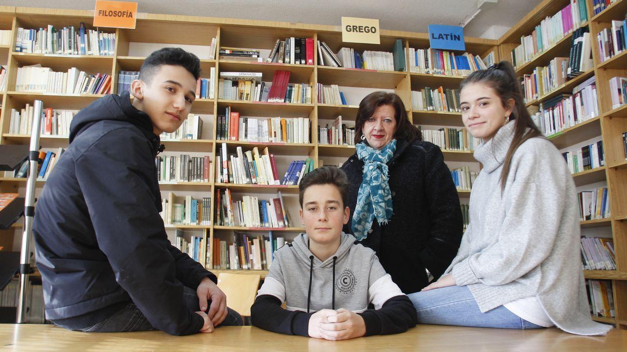 Pablo, Samuel y Azucena, con su profesora de cultura clásica, Magdalena Zambrano