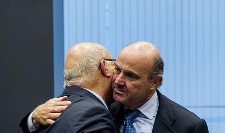 De Guindos, saludando ayer al ministro francés de Finanzas, Michel Sapin.