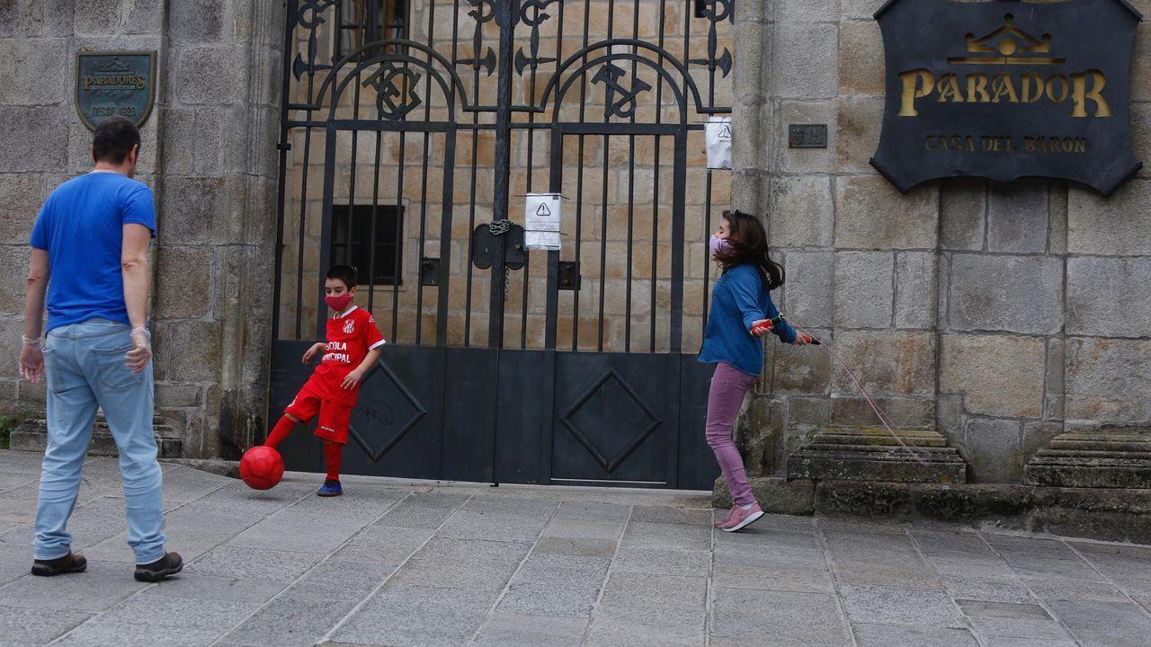 Laura y Carlos Loureiro con su padre Carlos Loureiro salen por primera vez a la calle despues del confinamiento de 40 días, en Pontevedra