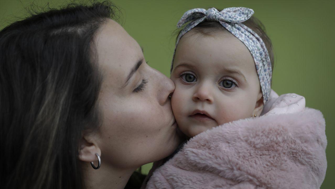 Lucía Sánchez, que tiene otro hijo de 4 años, Lucas, besa a su hija Daniela, que nació con el estado de alarma y cumple un año el día 15