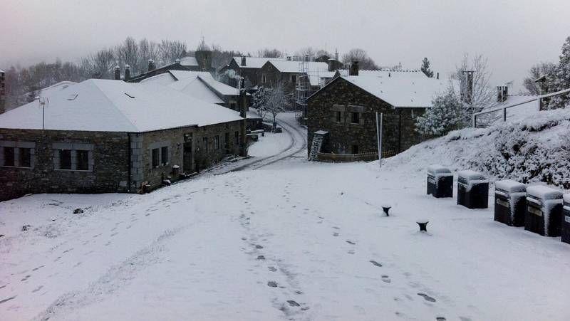 Ascensión al monte Formigueiros entre la nieve.La área de descanso de Fomento ofrece un gran aparcamiento, pero queda alejada del alto.