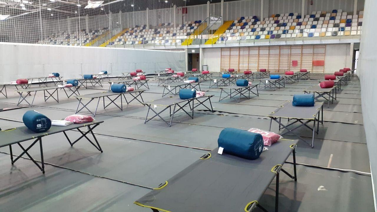 Dinero.Las camas, dispuestas en el pabellón de deportes de La Tejerona
