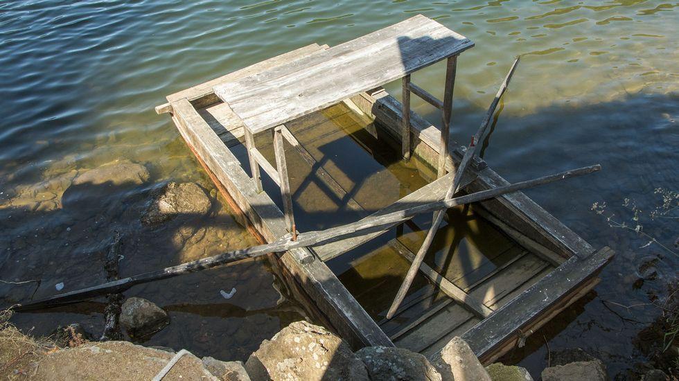 Una barca tradicional de vendimia, con un soporte elevado de madera para colocar los cestos de uvas