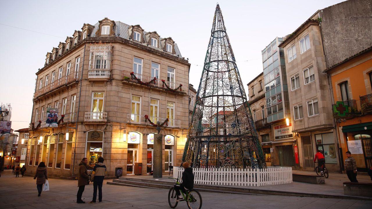 Furgoneta siniestrada en la avenida Acea de Ama, en Culleredo.Inmobiliaria en A Coruña