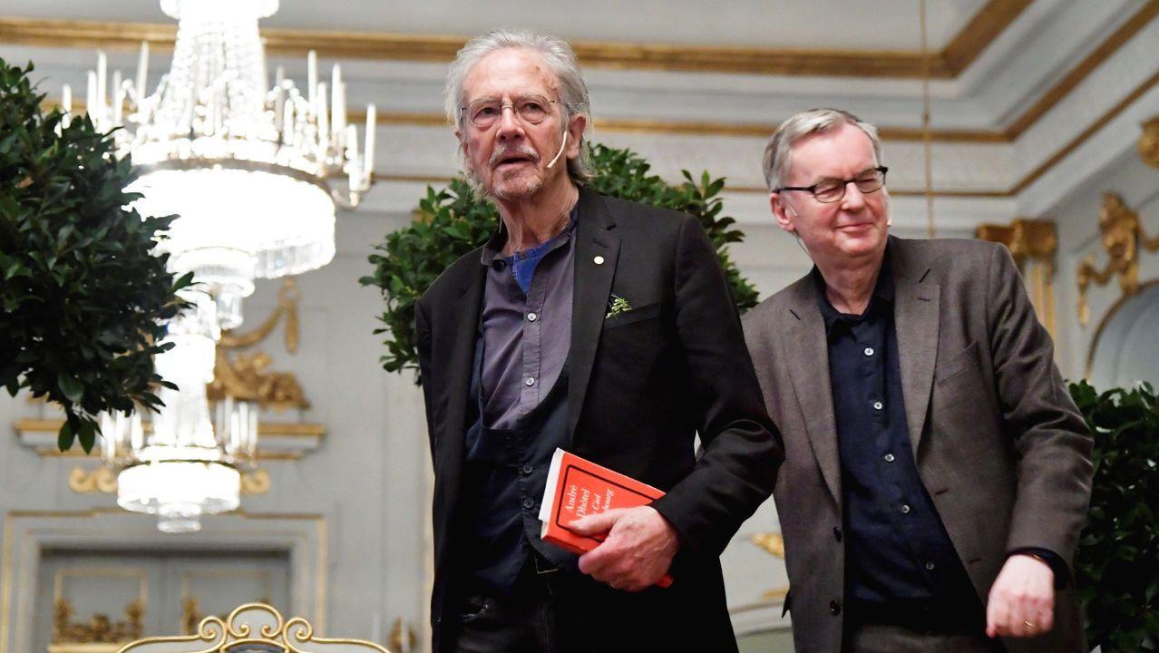 El escritor austríaco Peter Handke, a la izquierda, el viernes, a su llegada a la Academia Sueca, en Estocolmo, donde conversó con un grupo de periodistas