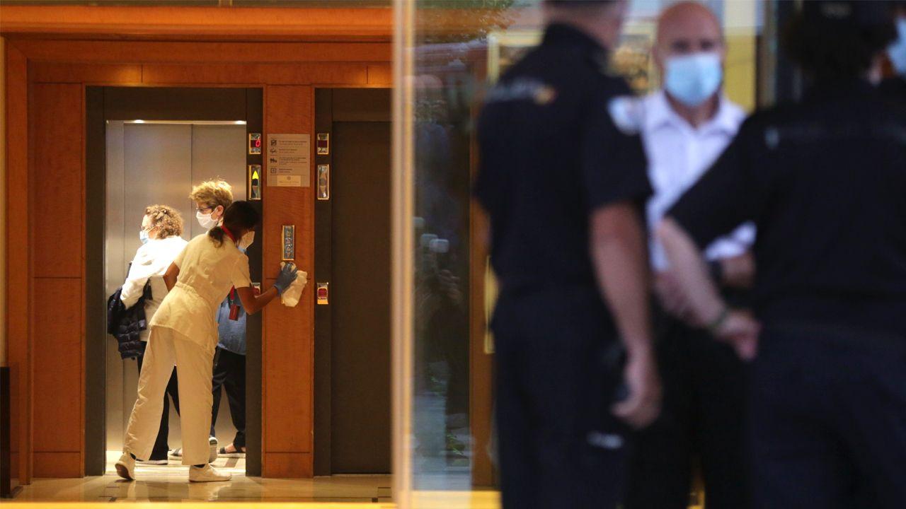 Personal del hotel Finisterre de A Coruñoa limpian los ascensores del edificio