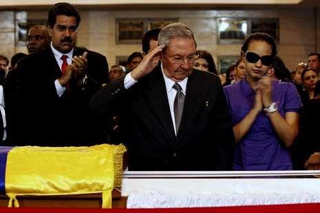 El presidente cubano Raúl Castro se despide de Chávez.