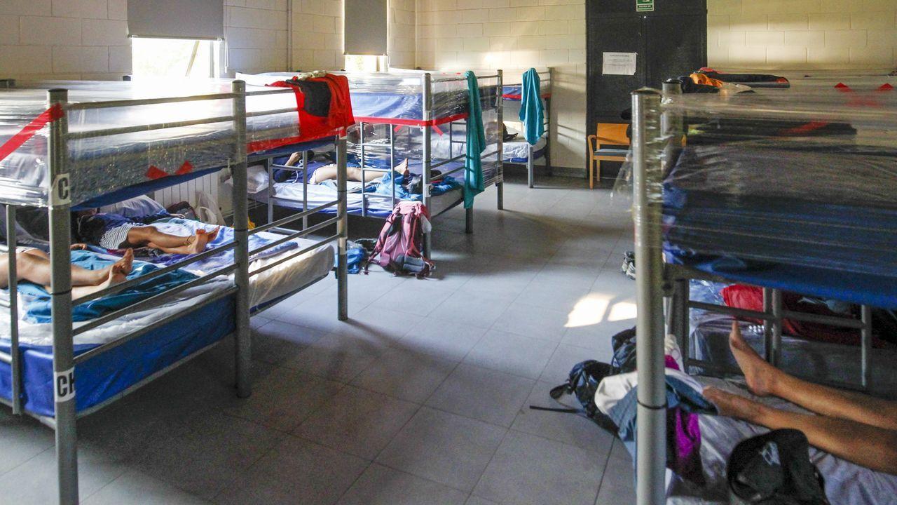 Muestra  A memoria do Son  en la antigua cárcel de Sarria.Varios peregrinos descansan en el albergue de Neda, que gestiona el Concello
