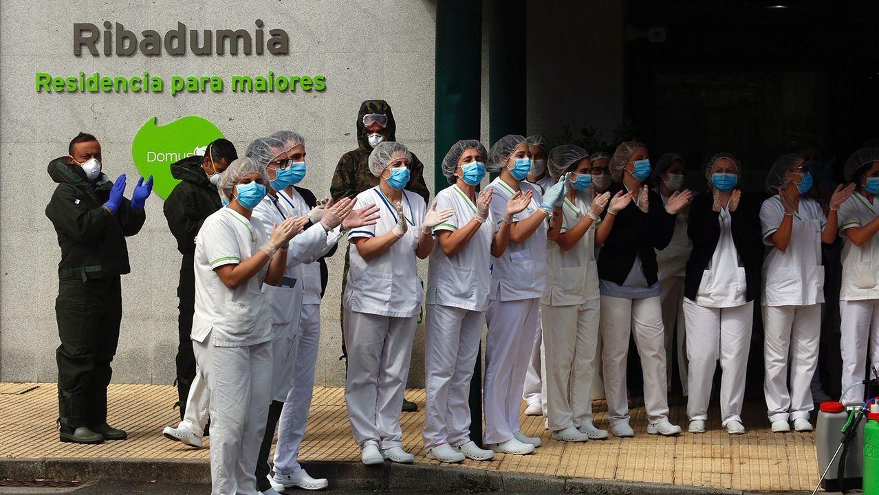 Trabajadores de una residencia de Ribadumia aplauden la labor de desinfección realizada por los militares de la UME