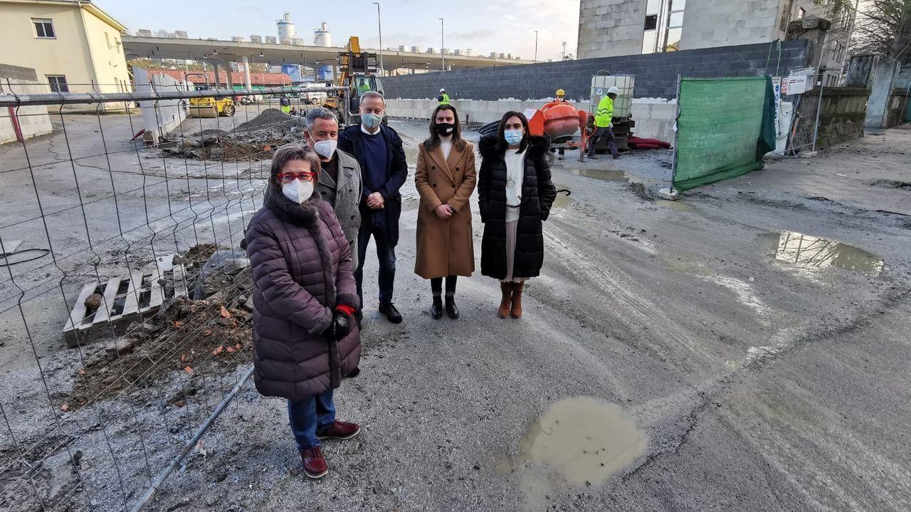 Representantes del PSOE, en la futura terminal de autobuses de la intermodal