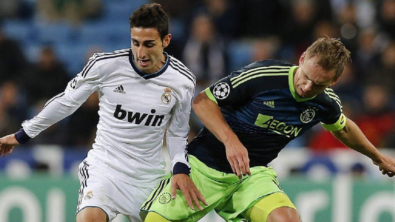 José Rodriguez pugna por un balón en un Real Madrid-Ajax