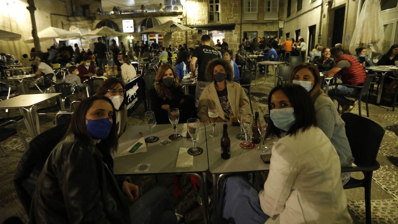 Así fue la primera noche sin estado de alarma en Ourense.Tania García Méndez, tercera por la izquierda, al lado del chef del restaurante Oria, Xabi Goikoetxea, y de Martín Berasategui