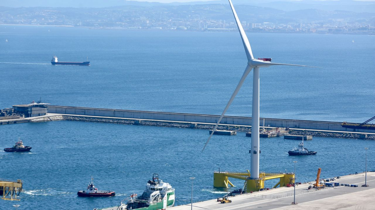 .Varios remolcadores participaron en la operación para el traslado de la estructura de eólica marina