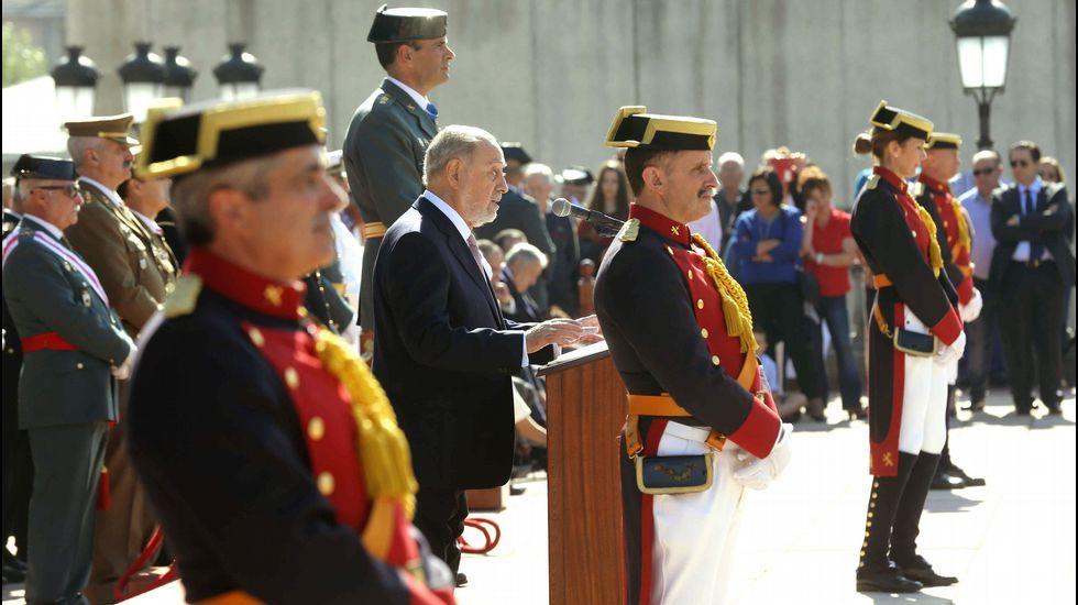 Iván C..El delegado del Gobierno en Asturias, Gabino de Lorenzo (c), durante su intervención en el cuartel de la Guardia Civil de Oviedo donde se celebró la Festividad de El Pilar, patrona del Instituto Armado.
