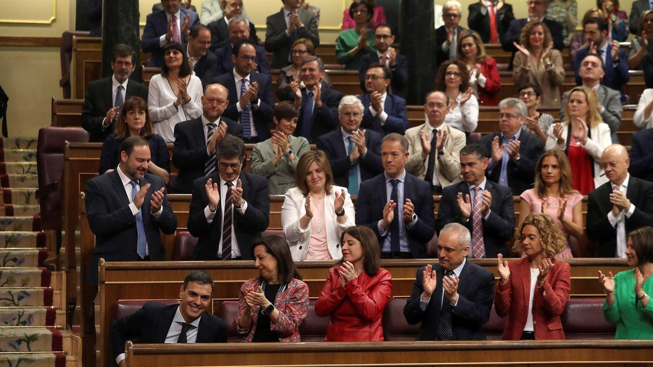La bancada socialista aplaude la intervención de Pedro Sánchez.