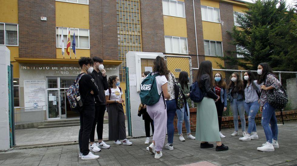 Alumnos a la puerta del instituto Río Cabe, en el inicio del presente curso