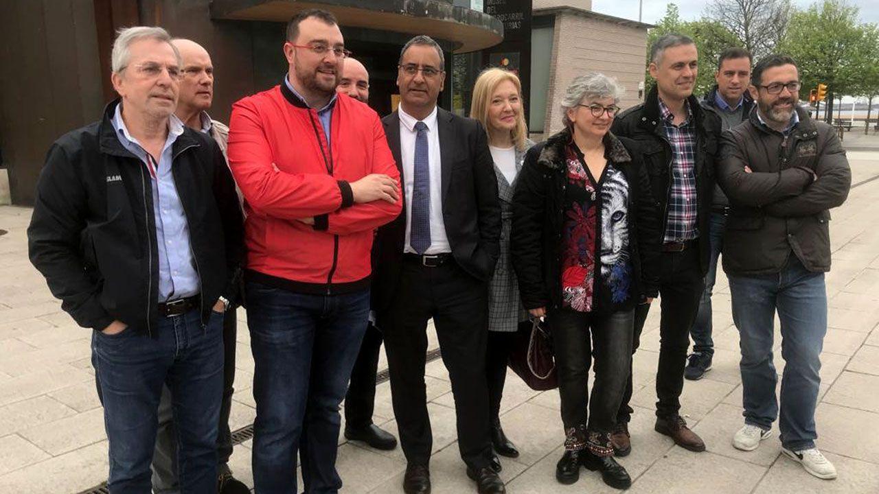 Adrián Barbón, Fernando Lastra y Ana González, junto a integrantes de las candidatuas socialistas para las próximas elecciones, en Gijón