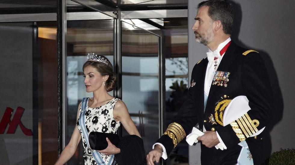 Los reyes a su salida del hotel Mariott para asistir  a lacena de gala.