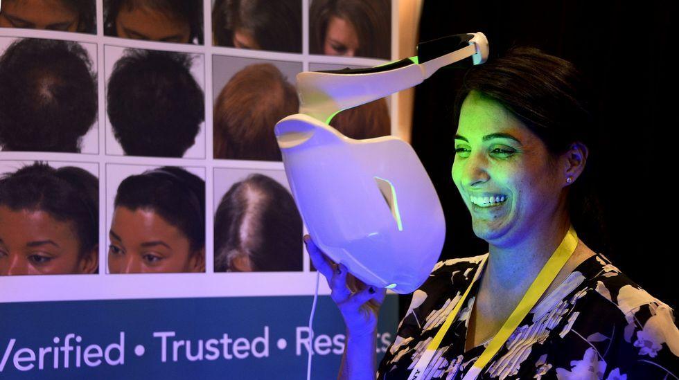 Una mujer prueba un dispositivo electrónico