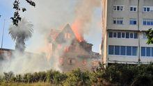 Las llamas devoran una casa histórica en Perillo