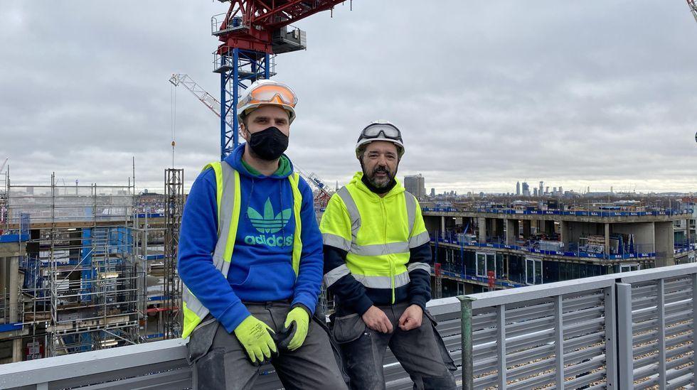 Miguel y Chus, naturales de Cee y residentes en Londres, donde trabajan en la construcción