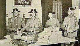 Guardias Civiles con parte del dinero recuperado del asalto al Banco de España de Oviedo en 1934. En total solo se encontró el 30% de los 14,5 millones de pesetas que se llevaron los revolucionarios