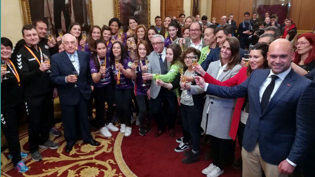 Miguel Álvarez Baños, en el centro de la fotografía, brinda por la victoria del Mavi La Calzada en el salón municipal de recepciones del ayuntamiento de Gijón