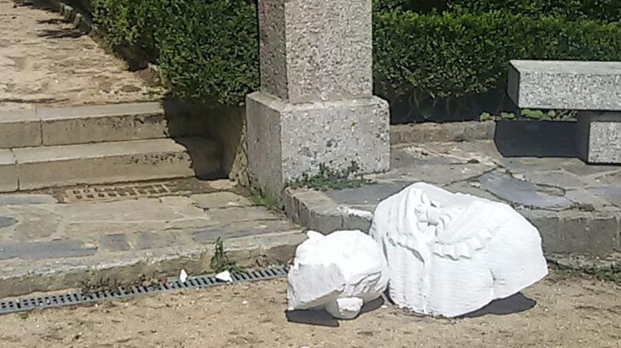 La nueva plaza de Armas de Ferrol.En agosto del 2015, unos vándalos tiraron el busto de la escritora al suelo, partiéndolo en dos