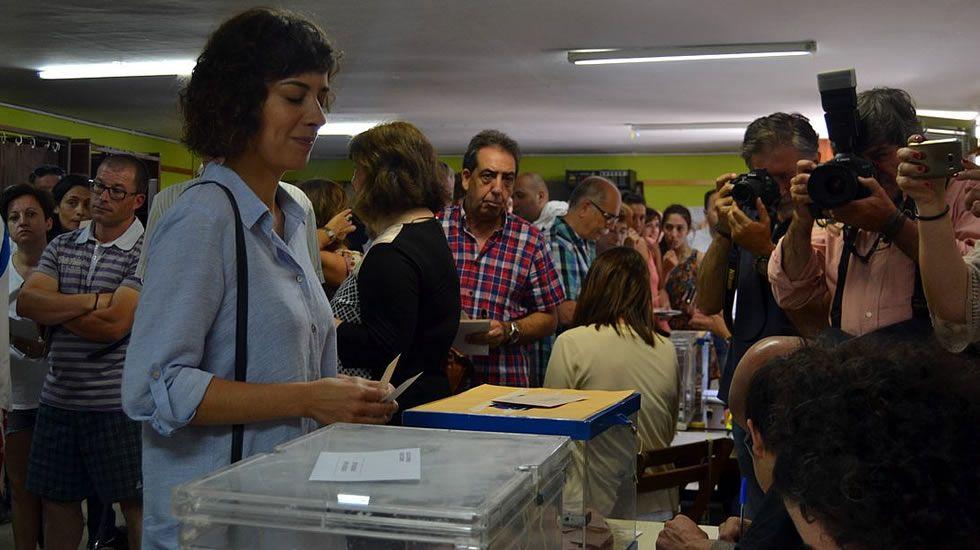 La diputada de En Marea Alexandra Fernández, en el momento de votar