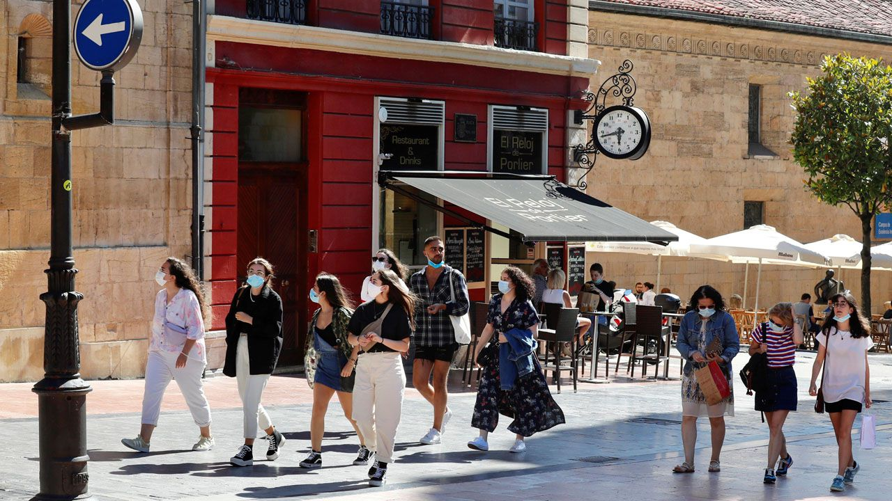Un grupo de turistas hoy martes en el centro de Oviedo.