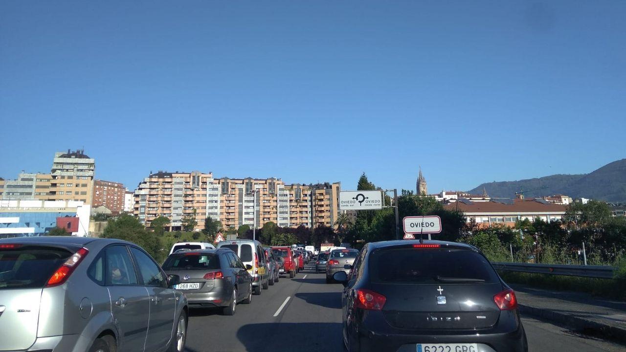 Nadie se libra de la farrapada en Laza.Atasco en Oviedo