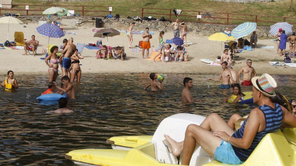 La quiebra de Thomas Cook deja a miles de turistas británicos a la espera de ser repatriados.Turistas en la playa fluvial de A Cova, en plena Ribeira Sacra